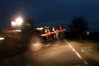 Ezért fékezz mindig, ha sötétben traktort látsz