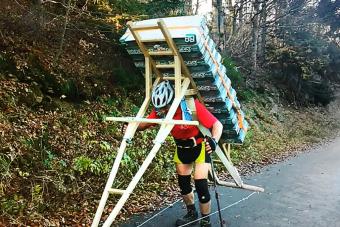 256 kilogramm sörrel mászott hegyet a cseh férfi