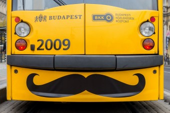 Nem vicc, bajszos villamosok indulnak Budapesten