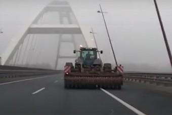 Traktorral hajtottak fel az M8-asra, videó is van róla