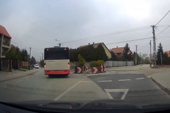 Elképesztő, mit csinált ez a fehérvári buszos a körforgalomban