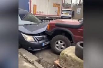 Durva leszámolás: újra és újra nekiment a Toyotának a terepjárós