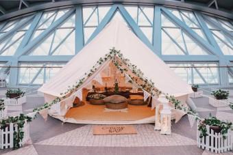 Járatok híján sátrazni kezdtek a világ legjobb repterén