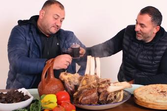 Ha bírod a húst és a bort, akkor ezt a grúz szakácsot látnod kell