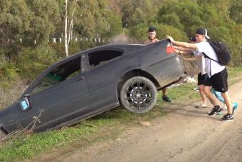 BMW-t borítottak patakba a nézettség kedvéért, de jött a rendőrség