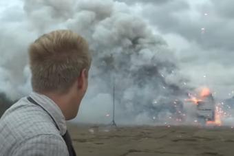 Ilyen pusztítást végez az autóban robbanó tűzijáték