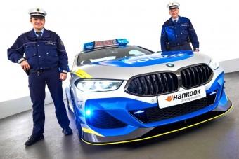 Rendőrruhát kapott a BMW legmenőbb kupéja