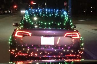 Rendőrök kapcsolták le a karácsonymániás Tesla-sofőrt