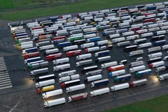 Alig volt pozitív eset az Angliában feltorlódott kamionosoknál