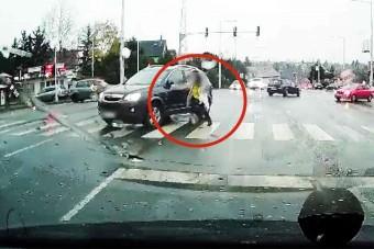 Gyalogost a zebrán elsodró autóst vettek videóra