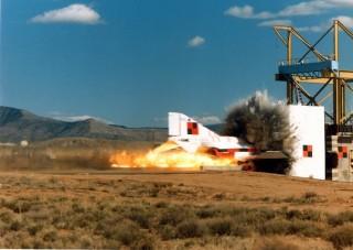 Ilyen az, ha vadászgép repül bele egy atomerőmű védfalába