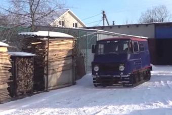 Unokájával épített házi lánctalpast az ukrán nagypapa