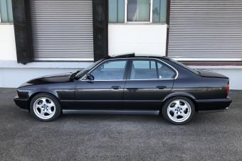 Egy vagyont kérnek ezért a gyári állapotú 1992-es BMW M5-ösért