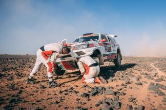 Feladták a magyar autósok a Dakar-ralit