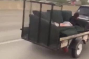 Autópályán húztak egy kanapét, ember feküdt rajta
