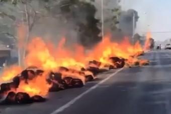 Kilométeren át felgyújtotta az utat, lángoló szalmabálákat húzott maga után