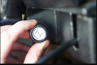 Kihalásra ítélt autós megoldások: a motorindítás manuális kellékei