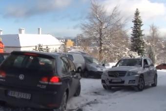 Azt hitte kikapcsolta a fizikát, úgy tört előre a sofőr a hóban