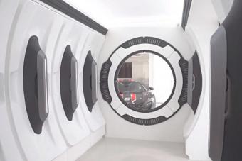 Egy tízmilliárd forint értékű autógyűjteményhez ilyen bejárat illik