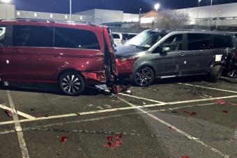 Kirúgta a Mercedes, erre összetört 50 autót