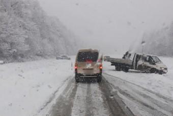 Elég erősen rákezdett a havazás, több főutat le kellett zárni