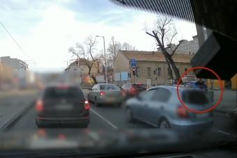 Azonosították a rendőrök a járdán száguldó pesti autóst