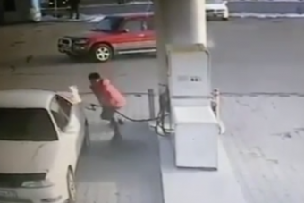 Gyújtóval játszott az őrült autós a benzinkúton, meg is lett az eredménye