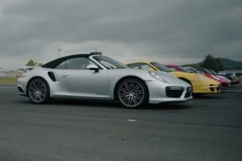 Észvesztő gyorsulási versenyt rendezett a Porsche