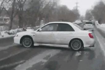 Ezzel a 10 GIF-fel ismételjük át a téli vezetés legfontosabb szabályait