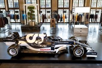 Szokatlan módon mutatták be a legújabb F1-es autót