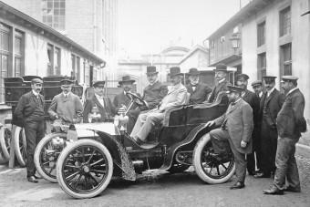 175 éves lenne az autótervező, akinek a neve ma is a luxus egyik legmagasabb szintjét jelenti
