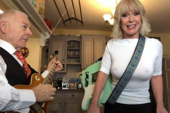 Melltartó nélkül énekelt slágerek aratnak a YouTube-on