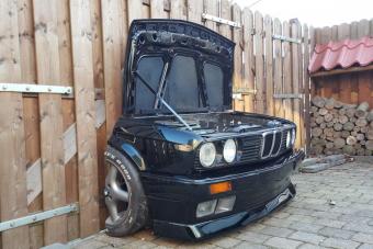 Ez a BMW nem azért füstöl, mert kigyulladt a motorja