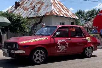 Ez az öreg Dacia már messze nem tötymörgő útakadály