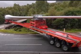 Hatvanméternyi kamion csak ilyen speciális vontatóval tud elfordulni