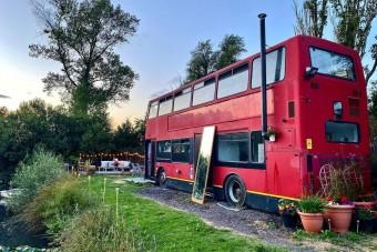 Álomotthont épített buszból egy fiatal pár