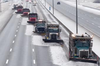Bámulatos látvány, ahogy az amerikai autópályán havat takarítanak