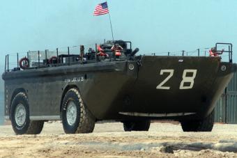 A kamionok eltörpülnek az amerikai katonai kétéltű mellett