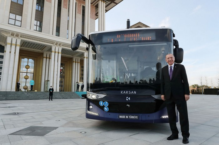The first series-produced self-driving bus 3 is completed