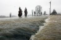 Így töri a jeget a Magyar Közűt hókotrója a kiáradt Sajó közelében 1