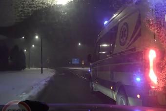 Ilyen sem volt még: mentő büntetőfékezett az autó előtt