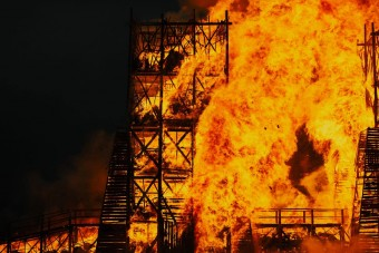 Szándékosan felgyújtott egy hidat az ünneplő tömeg