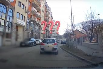 Nem vicc: az út kellős közepén parkolt le a budai autós