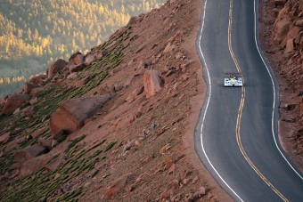 Nem akármilyen autóval indulnak a híres hegyiversenyen