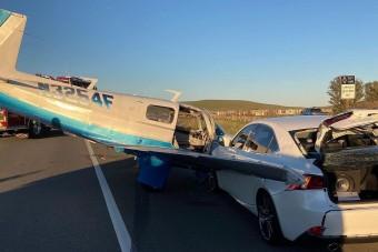 Repülő ütközött autóval, valakinek sikerült is felvennie