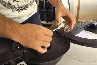 Fegyvereket alakít át hangszerré egy művész