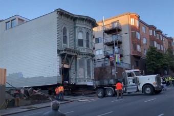 Másik utcába vittek át egy 139 éves épületet