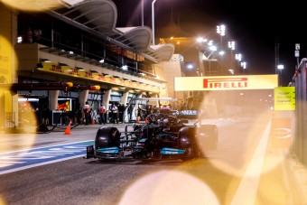 F1: Hamiltonék aggódnak, vezethetetlen az új Mercedes