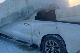 Elég durva látvány a méteres jégből kivágott pickup
