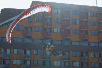 Döbbenet, amit ez a síelő siklóőernyős művel az alpesi tájon